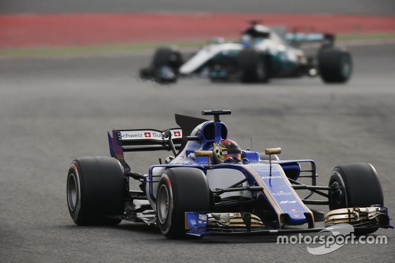 Паскаль Верляйн, Sauber C36, випереджає Валттері Боттаса, Mercedes AMG F1 W08