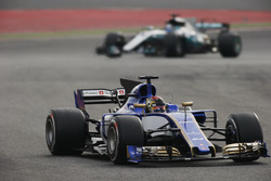 Pascal Wehrlein, Sauber C36; Valtteri Bottas, Mercedes AMG F1 W08