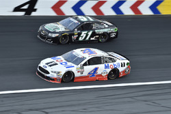 Kevin Harvick, Stewart-Haas Racing Ford, Timmy Hill, Rick Ware Racing Chevrolet