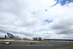 Felipe Massa, Williams FW40, Romain Grosjean, Haas F1 Team VF-17