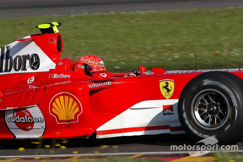 Valentino Rossi, conduce el Ferrari F2004 en Fiorano en abril de 2004, en lo que iba a ser una prueba secreta y lleva una casco de repuesto de Schumacher