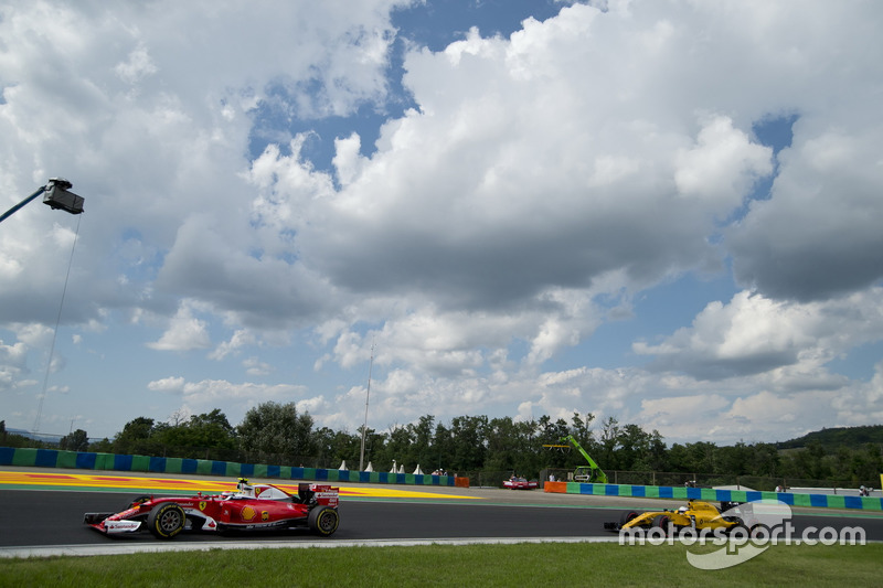 Sebastian Vettel, Ferrari SF16-H, Kevin Magnussen, Renault Sport F1 Team RS16