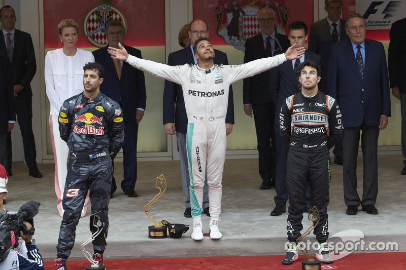 Podio, Daniel Ricciardo Red Bull Racing, segundo; Lewis Hamilton, Mercedes AMG F1 ganador de la carrera y Sergio Pérez, Sahara Force India F1 tercerlo