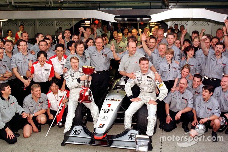 El equipo McLaren celebran haber ganado el Campeonato de constructores con el nuevo campeón del mundo Mika Hakkinen