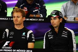 Nico Rosberg, Mercedes AMG F1 y Sergio Pérez, Sahara Force India F1 en la Conferencia de prensa FIA