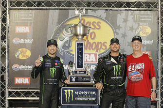 Kurt Busch, Stewart-Haas Racing, Ford Fusion Monster Energy / Haas Automation celebra en Victory Lane