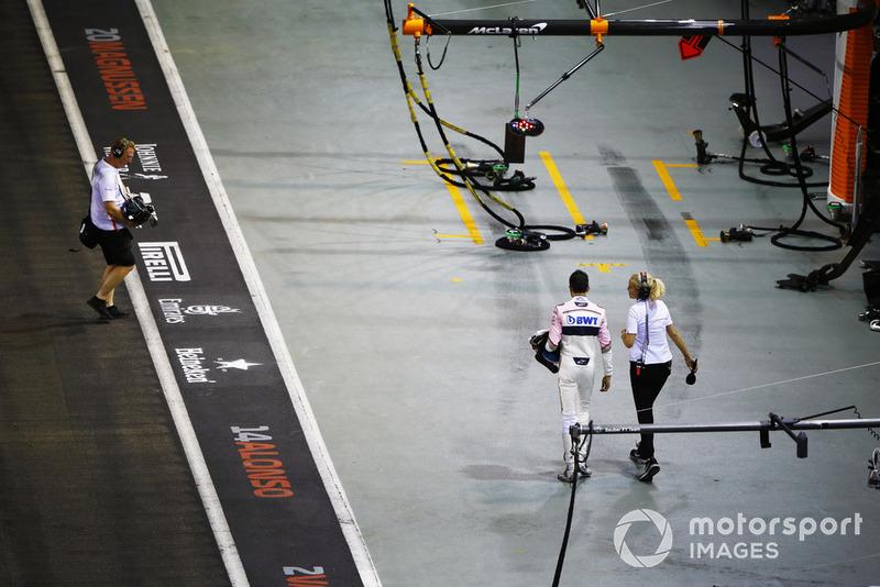 Esteban Ocon, Racing Point Force India, regresa a los pits después de su accidente