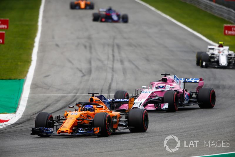 Fernando Alonso, McLaren MCL33, Sergio Perez, Racing Point Force India VJM11, y Charles Leclerc, Sauber C37