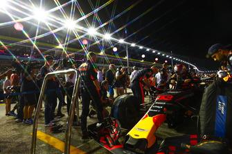 Il team Red Bull prepara la monoposto di Max Verstappen, Red Bull Racing RB14, prima della partenza