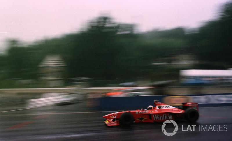 Четвертое место в этой безумной гонке занял Хайнц-Харальд Френтцен, который в следующем году поменяется с Ральфом Шумахером командами и принесет Jordan еще две победы