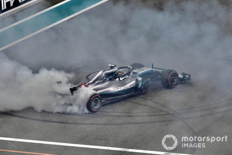 Lewis Hamilton, Mercedes AMG F1 W09 EQ Power+, esegue dei donut alla fine della gara
