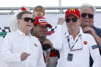 Sebastien Bourdais, Newman Haas Lanigan Racing con i proprietari del team Carl Haas, Paul Newman e Mike Lanigan e la figlia Emma
