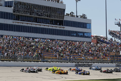 Will Power, Team Penske Chevrolet, Josef Newgarden, Team Penske Chevrolet, Simon Pagenaud, Team Penske Chevrolet, Ryan Hunter-Reay, Andretti Autosport Honda lead at the start