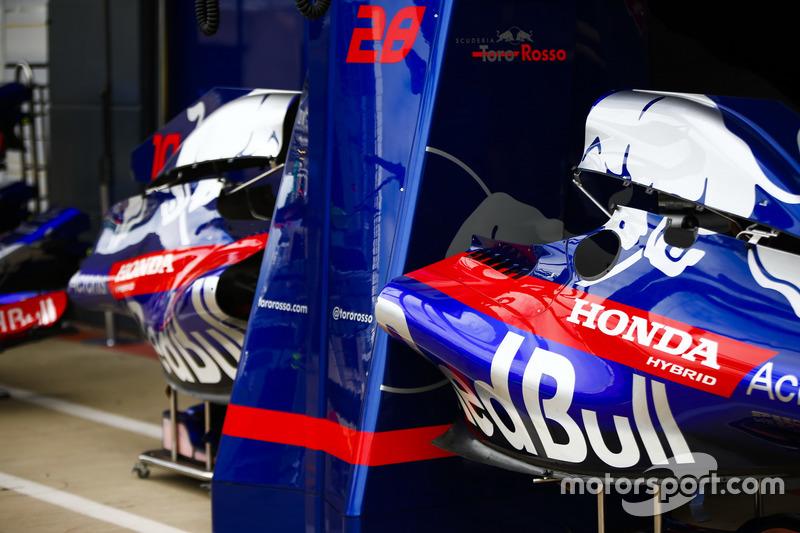Parti della carrozzeria delle Toro Rosso STR13 in pit lane