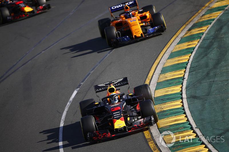 Daniel Ricciardo, Red Bull Racing RB14 Tag Heuer, devant Fernando Alonso, McLaren MCL33 Renault, et Max Verstappen, Red Bull Racing RB14 Tag Heuer