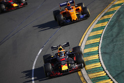 Daniel Ricciardo, Red Bull Racing RB14 Tag Heuer, leads Fernando Alonso, McLaren MCL33 Renault, and Max Verstappen, Red Bull Racing RB14 Tag Heuer