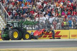 I marshal rimuovono la monoposto di Sebastian Vettel, Ferrari SF71H