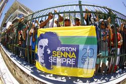 Fans con banderas de Ayrton Senna