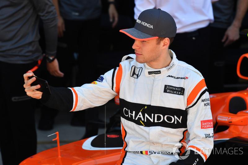 Stoffel Vandoorne, McLaren selfie con el equipo McLaren Team