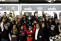 Ganador de la carrera Austin Dillon, Richard Childress Racing Chevrolet Camaro con el trofeo