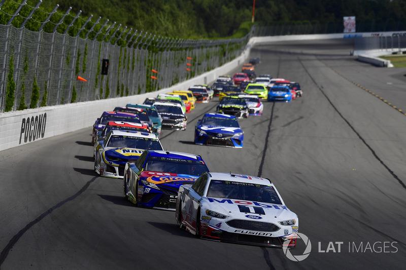 Kevin Harvick, Stewart-Haas Racing, Ford Fusion Mobil 1, Kyle Busch, Joe Gibbs Racing, Toyota Camry M&M's Caramel, Chase Elliott, Hendrick Motorsports, Chevrolet Camaro NAPA Auto Parts