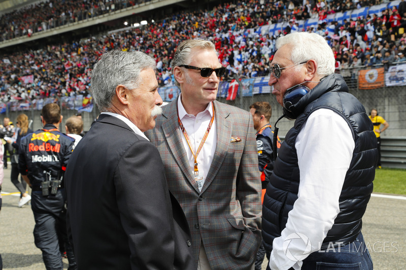 Chase Carey, Chairman, Formula One, Sean Bratches, Managing Director of Commercial Operations, Formula One Group, and Lawrence Stroll on the grid