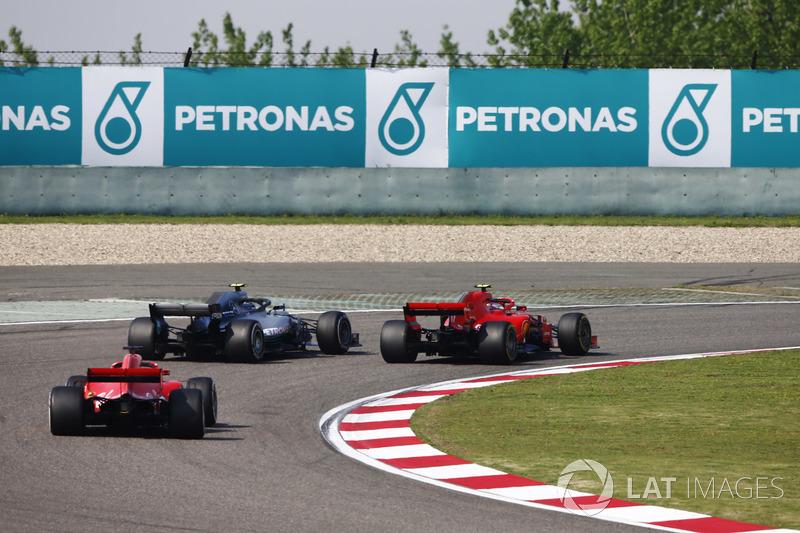 Valtteri Bottas, Mercedes AMG F1 W09, supera Kimi Raikkonen, Ferrari SF71H, para liderar la carrera, mientras Sebastian Vettel, Ferrari SF71H, les sigue