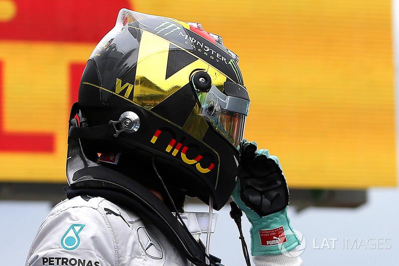 Il vincitore della gara Nico Rosberg, Mercedes AMG F1, festeggia