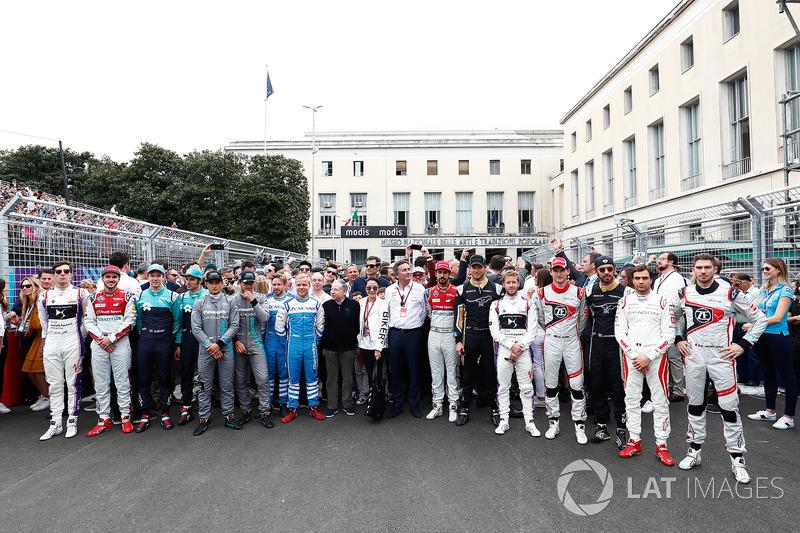 2018 pilotos de Fórmula E se alinean en la parrilla en Roma