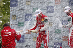 Podium: Racewinnaar Guanyu Zhou, PREMA Theodore Racing Dallara F317 - Mercedes-Benz, tweede plaats Ralf Aron, PREMA Theodore Racing Dallara F317 - Mercedes-Benz