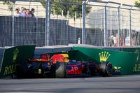 De auto van Max Verstappen, Red Bull Racing RB13 wordt geborgen in VT2