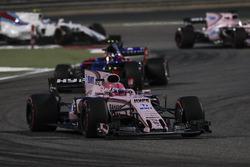 Эстебан Окон, Sahara Force India F1 VJM10, и Карлос Сайнс-мл., Scuderia Toro Rosso STR12