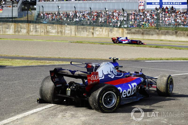 Pierre Gasly, Scuderia Toro Rosso STR12, pasa el coche chocado de Carlos Sainz Jr., Scuderia Toro Rosso STR12