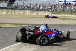Pierre Gasly, Scuderia Toro Rosso STR12 dépasse la voiture accidentée de Carlos Sainz Jr., Scuderia Toro Rosso STR12