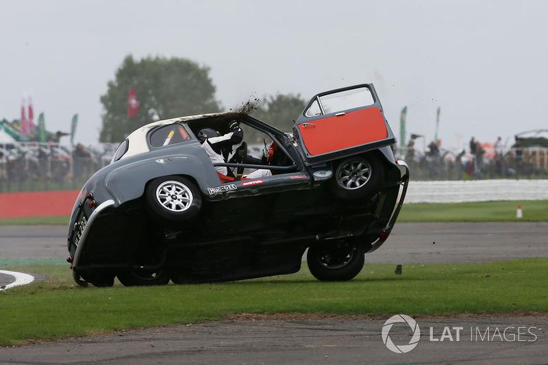 بريان جونسون يقلب سيارته أستون إيه35