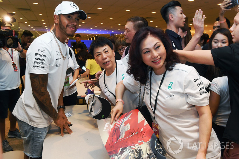 Lewis Hamilton, Mercedes AMG F1 fans selfie