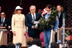 1. Jody Scheckter, Wolf WR1, mit Fürst Rainier von Monaco und Fürstin Gracia Patricia von Monaco
