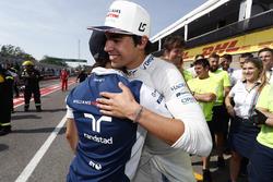 Felipe Massa, Williams, félicite Lance Stroll, Williams, pour ses premiers points