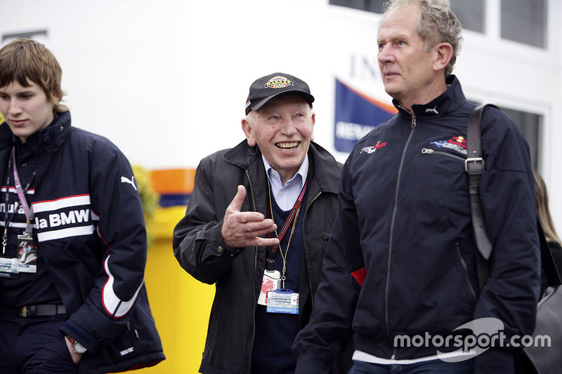 Джон Сертиз, его сын Генри Сертиз и Хельмут Марко, гоночный консультант Red Bull