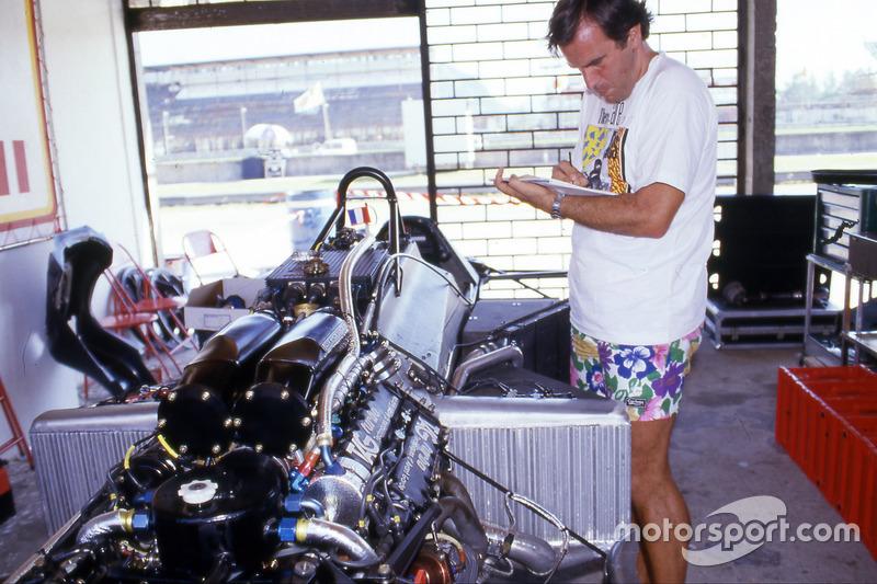 Giorgio Piola près de la McLaren MP4/2 d'Alain Prost au Brésil en 1984