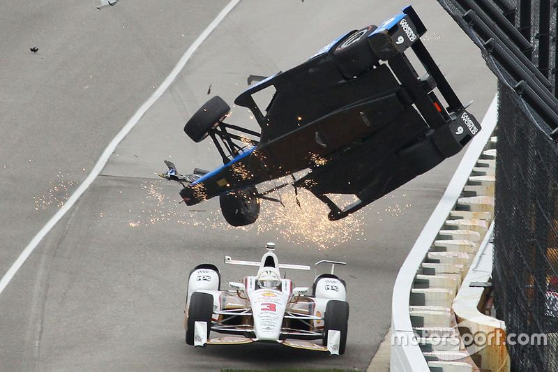 Скотт Діксон, Chip Ganassi Racing Honda аварія, Еліо Кастроневес, Team Penske Chevrolet, проноситься повз