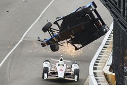 Crash: Scott Dixon, Chip Ganassi Racing, Honda; Helio Castroneves, Team Penske, Chevrolet, entkommt