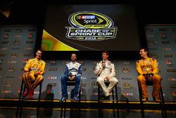 Joey Logano, Jimmie Johnson, Carl Edwards és Kyle Busch (balról jobbra)
