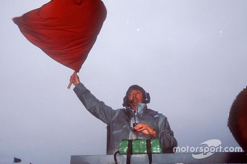 Arracada: Roland Bruynseraede agita la bandera roja para detener la carrera tras 15 vueltas, debido