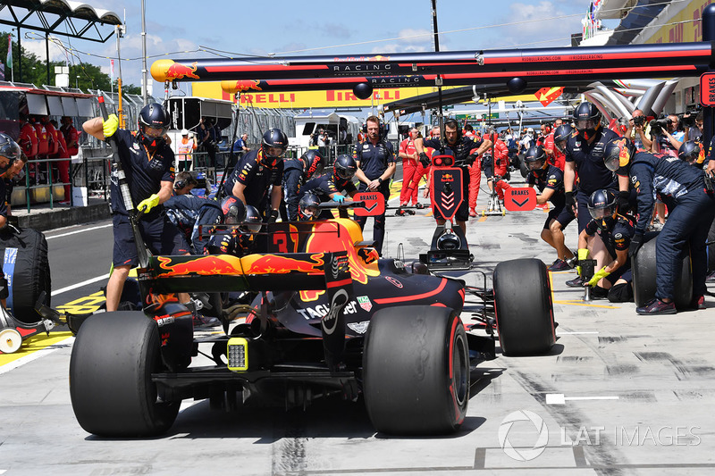 Daniel Ricciardo, Red Bull Racing RB13 pit stop
