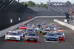 Кайл Буш, Joe Gibbs Racing Toyota, Джой Логано, Team Penske Ford и Бреннан Пул, Chip Ganassi Racing Chevrolet