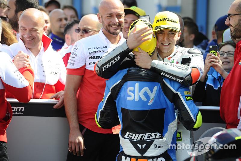 Yarış galibi Francesco Bagnaia, Aspar Team Mahindra ve üçüncü sıra Andrea Migno, Sky Racing Team VR46