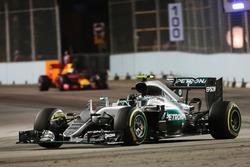 Ніко Росберг, Mercedes AMG F1 W07 Hybrid leads Daniel Ricciardo, Red Bull Racing RB12