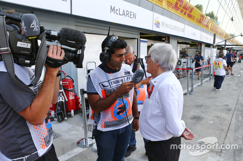 Bernie Ecclestone, with Karun Chandhok, Channel 4 Technical Analyst