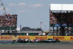 Lewis Hamilton, Mercedes-AMG F1 W09 hace un trompo debido al toque de Kimi Raikkonen al inicio de la carrera